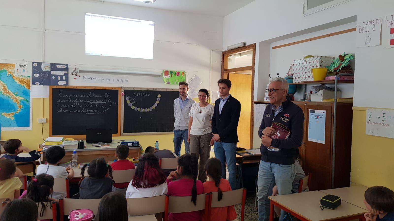 CASTELLAMONTE - Una bella donazione alla scuola dal Leo Club