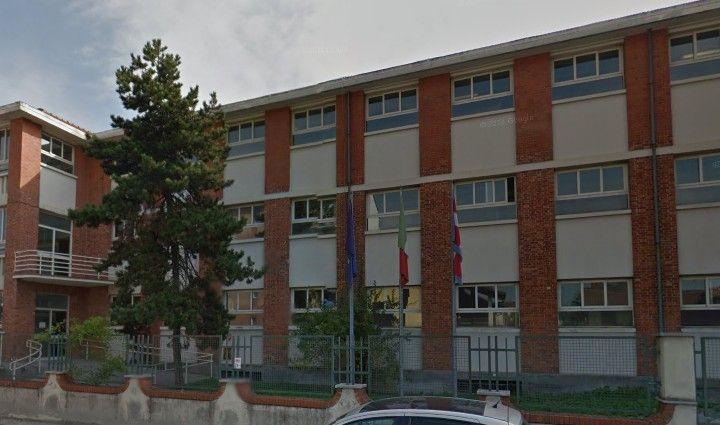 LEINI - Cade una finestra alla scuola media Carlo Casalegno