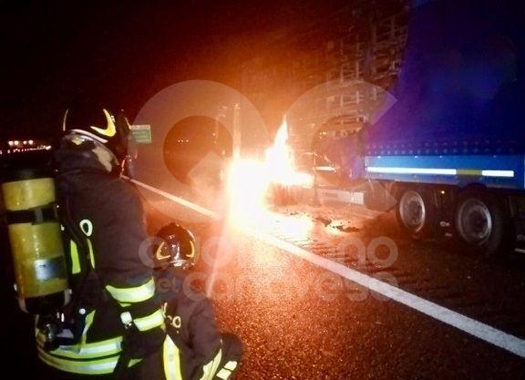 RONDISSONE - Camion prende fuoco, chiusa la A4 Torino-Milano
