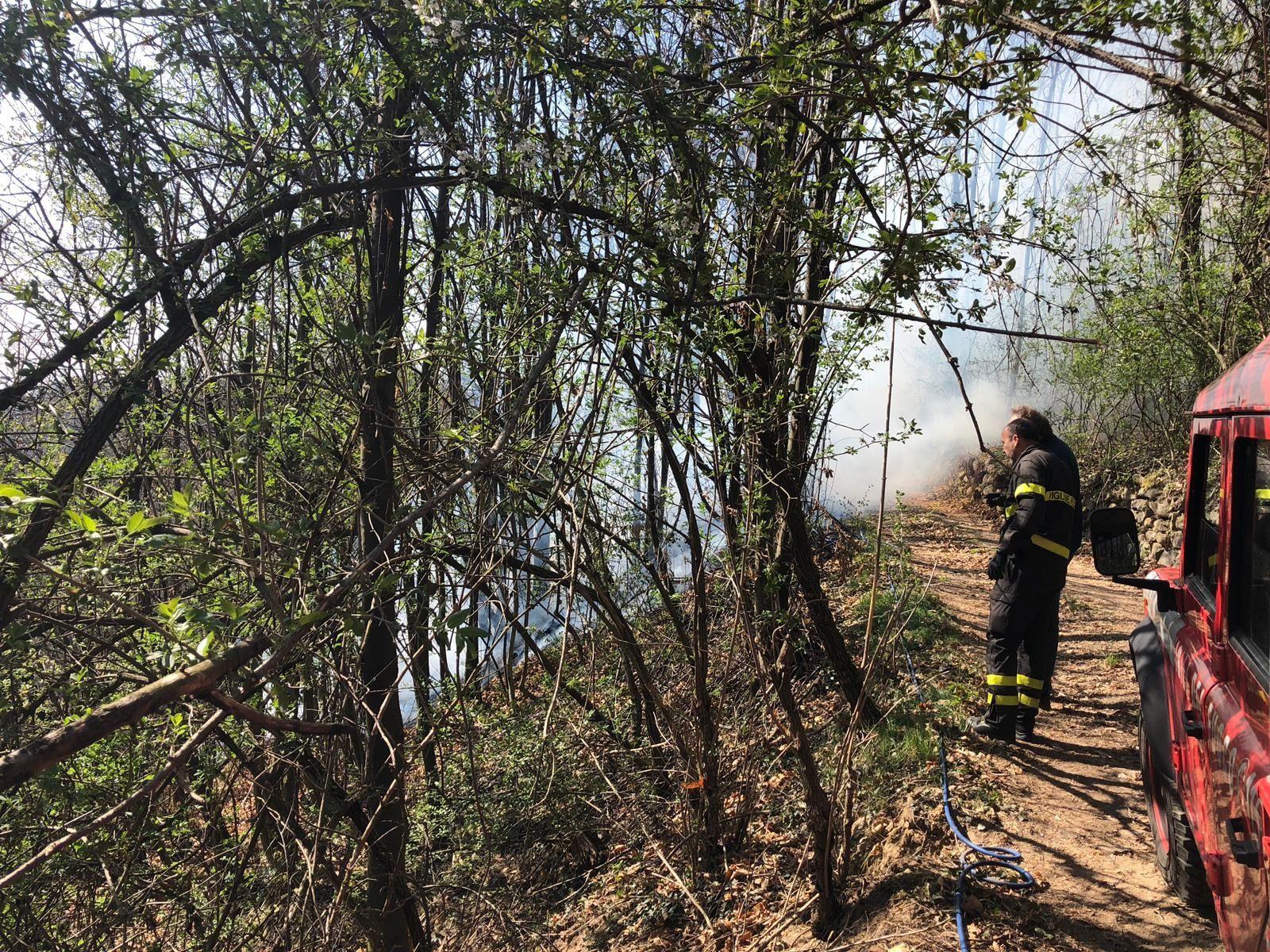 CANAVESE - Ancora incendi boschivi a Cuorgnè e Santa Elisabetta: vigili del fuoco al lavoro