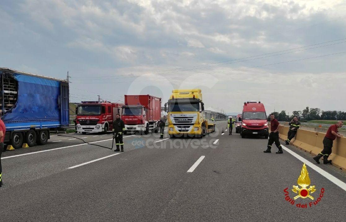 RONDISSONE - Camion in fiamme sulla A4: ancora in corso la bonifica dei serbatoi di metano del mezzo - FOTO