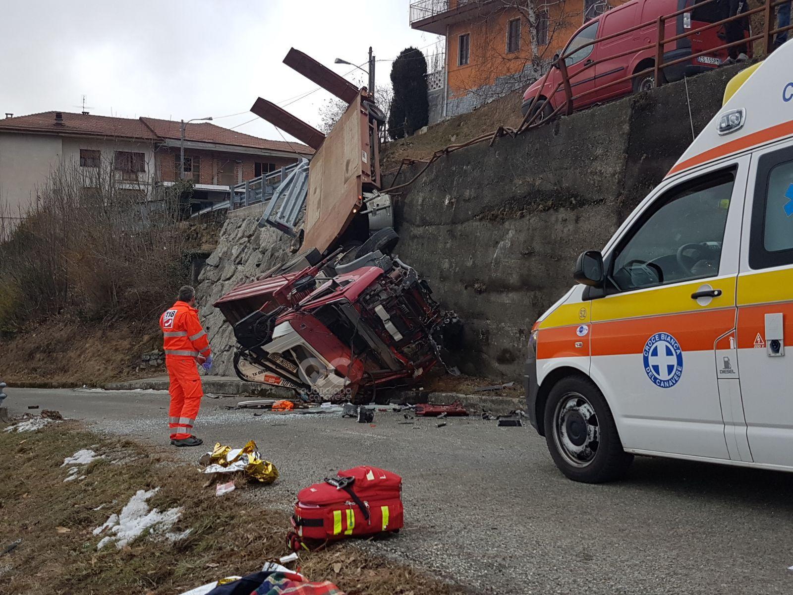 PRATIGLIONE-FORNO - Grave incidente sulla provinciale: camion precipita sulla strada. Autista al Cto - FOTO