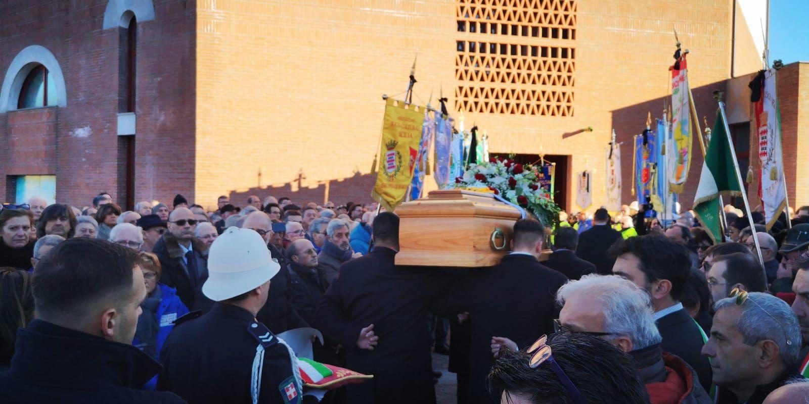 BORGARO - Una folla commossa per l'addio a Vincenzo Barrea