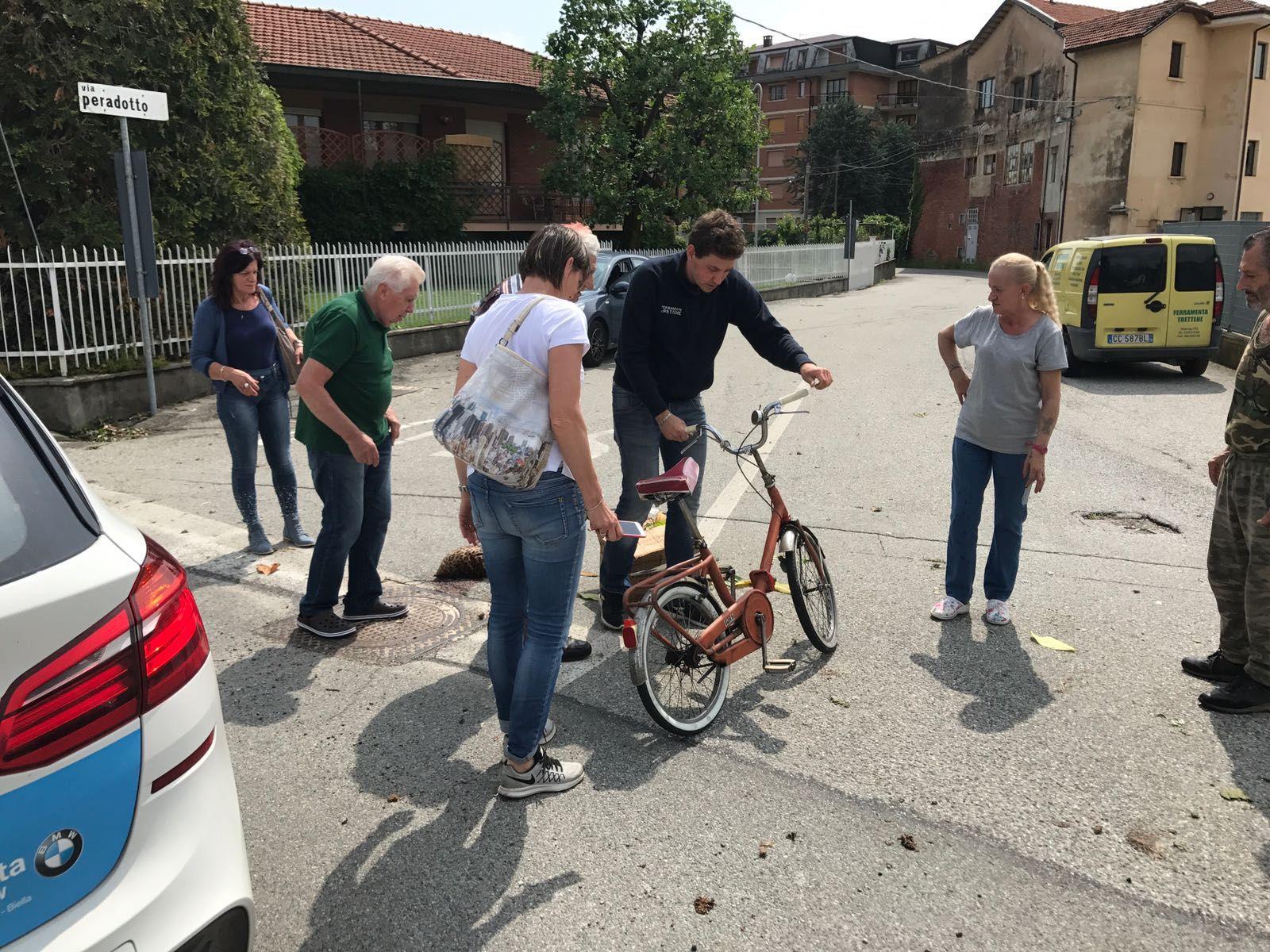 VALPERGA - Ciclista investito da un'auto vicino alla ferrovia: identificata l'autista - FOTO e VIDEO