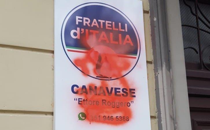 RIVAROLO - Vernice rossa contro la targa di Fratelli d'Italia in corso Torino