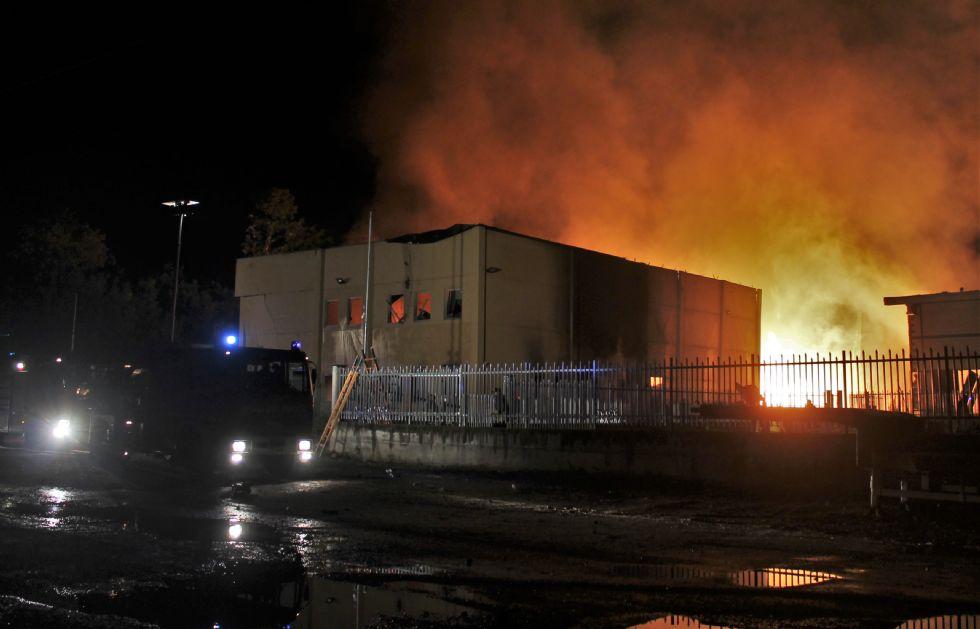SCARMAGNO - Il boato, poi le fiamme. Sette persone ferite: quasi tutti vigili del fuoco - FOTO e VIDEO