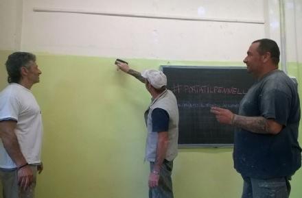 CUORGNE' - Volontari al lavoro per ridipingere le aule
