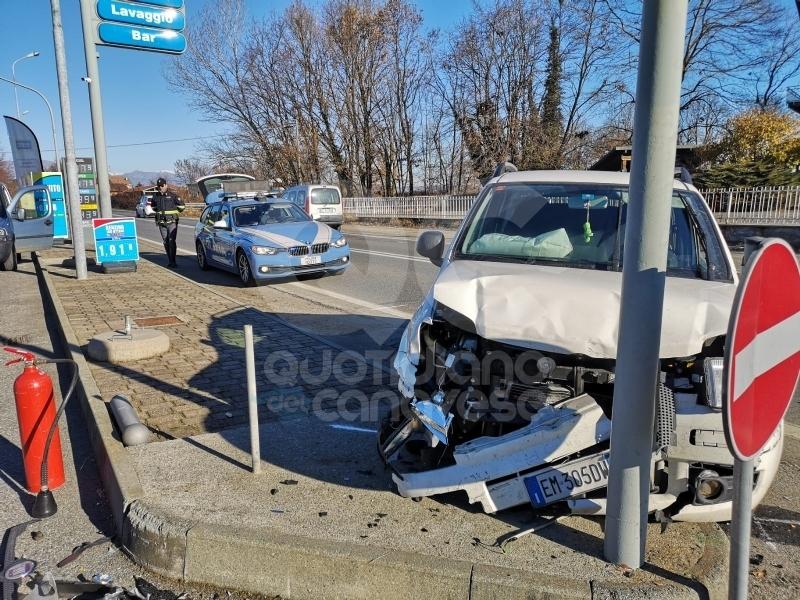 FELETTO - Ennesimo incidente stradale sulla 460: tre feriti nello schianto davanti al distributore - FOTO