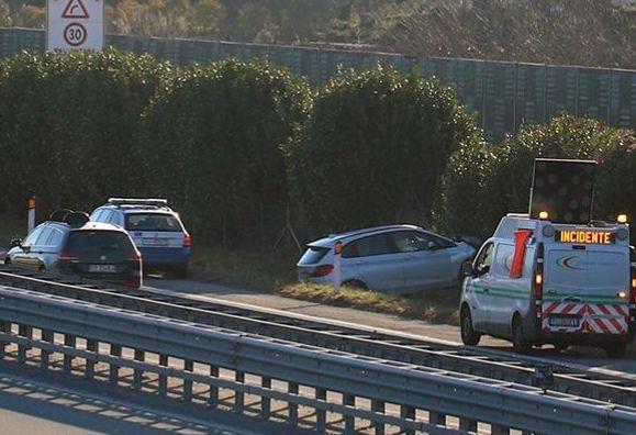 AUTOSTRADA A5 - Perde il controllo dell'auto e si schianta sul lato strada