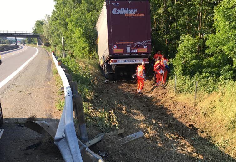 INCIDENTE SULLA TORINO-AOSTA - Tir sfonda il guard-rail e finisce nei campi: due autisti feriti - FOTO