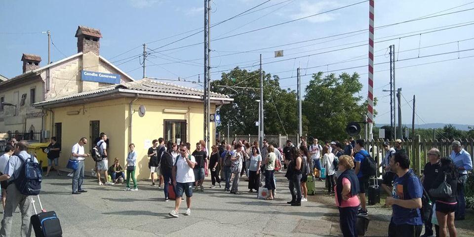 FERROVIA TORINO-IVREA-AOSTA - Guasto al treno, i pendolari restano a piedi alla stazione di Candia Canavese - FOTO