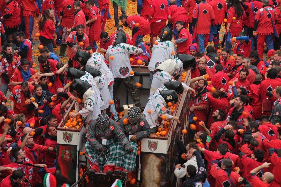 STORICO CARNEVALE IVREA - Il «film» della battaglia delle arance nelle piazze della città - VIDEO