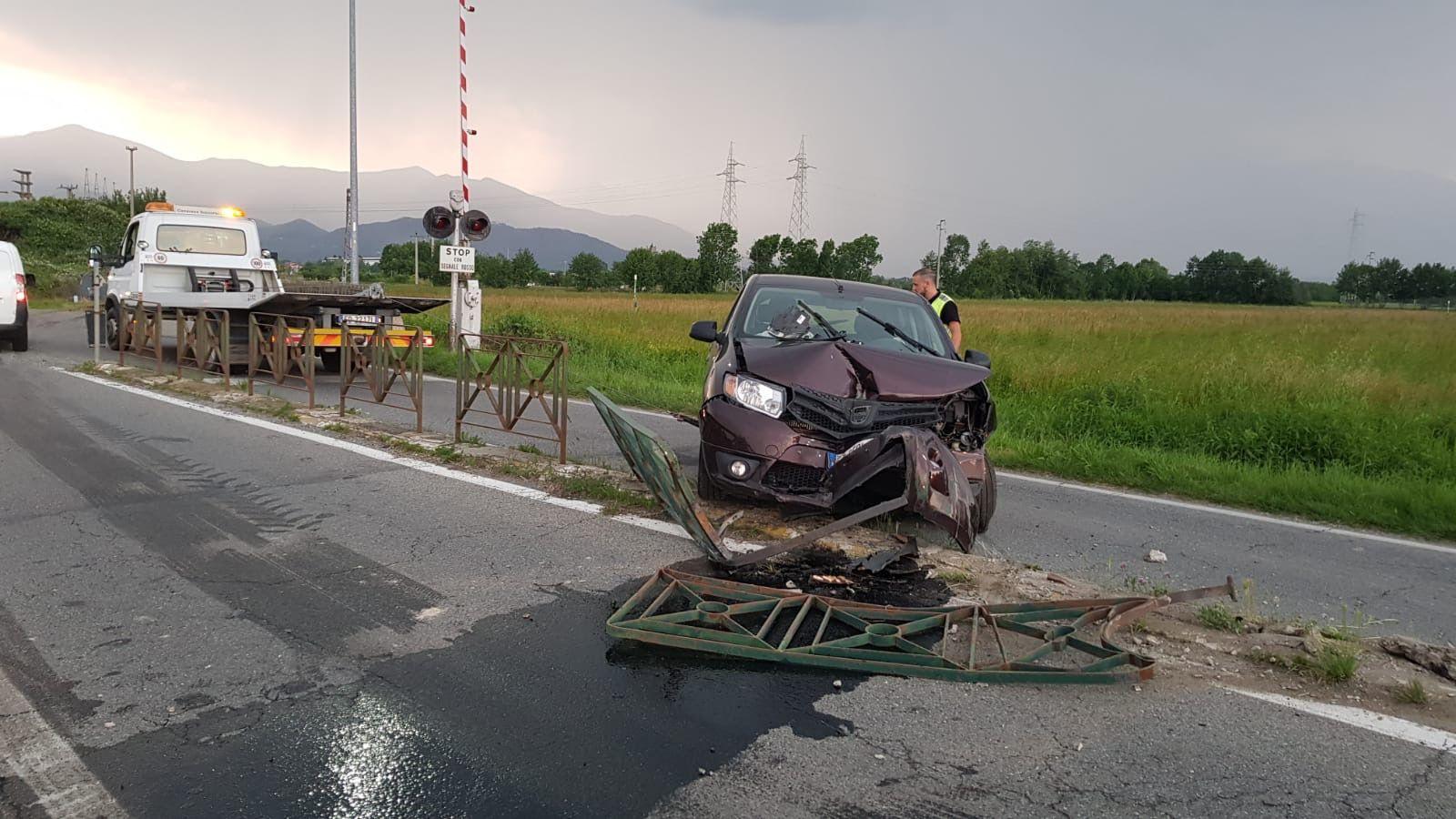RIVAROLO-FAVRIA - Incidente stradale, auto abbatte barriere - FOTO