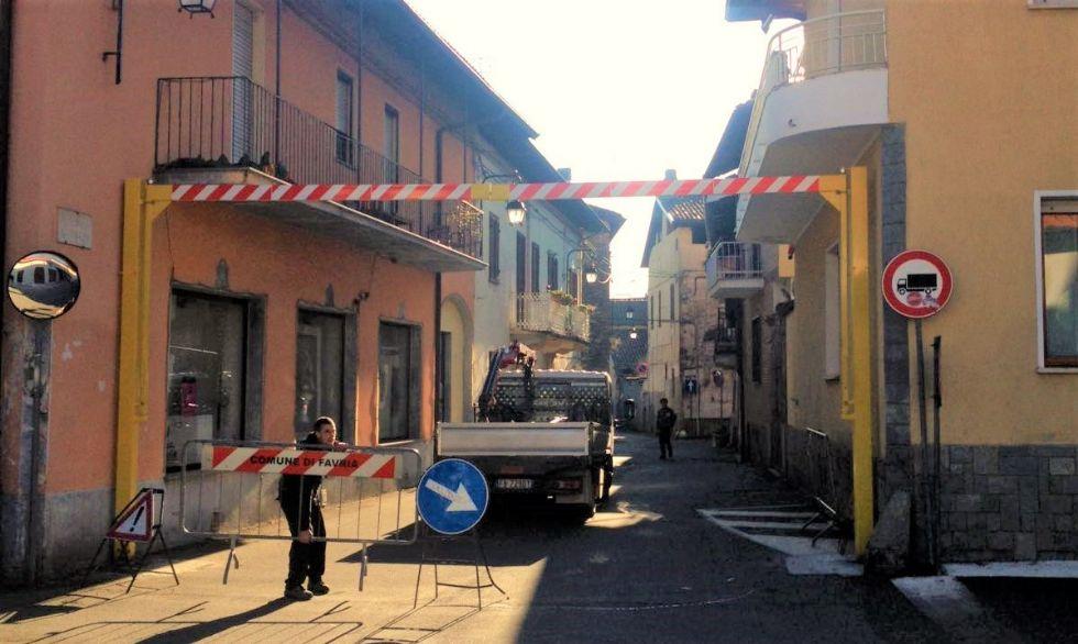 FAVRIA - Barriere di metallo per proteggere il centro storico dal passaggio dei camion