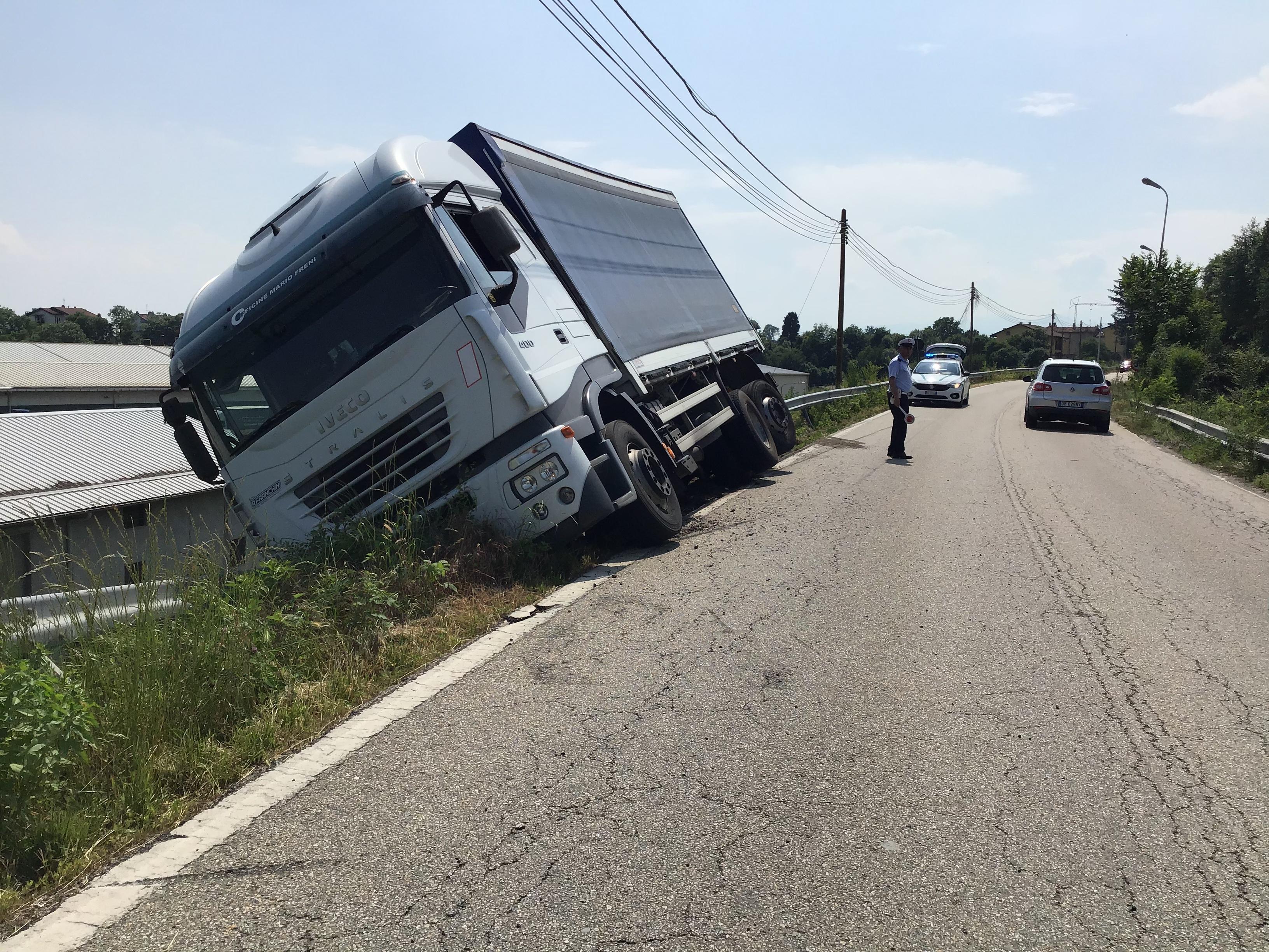 FELETTO - Cede la banchina, il camion carico di ferro resta in bilico sulla scarpata - FOTO e VIDEO