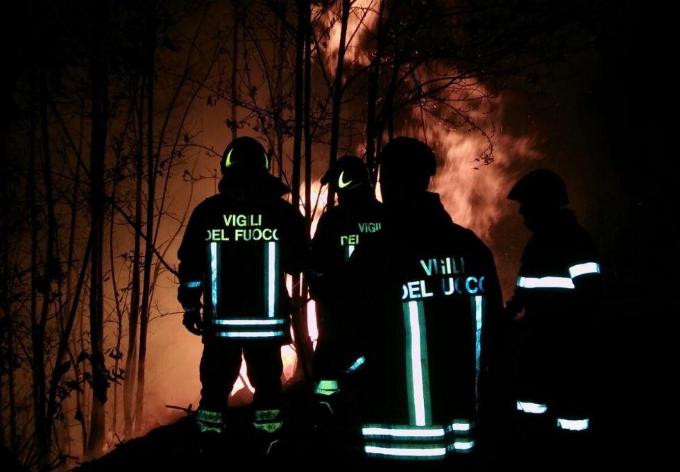 VALCHIUSELLA - Soffia il vento, riprendono gli incendi: è di nuovo allarme rosso sopra Vico Canavese