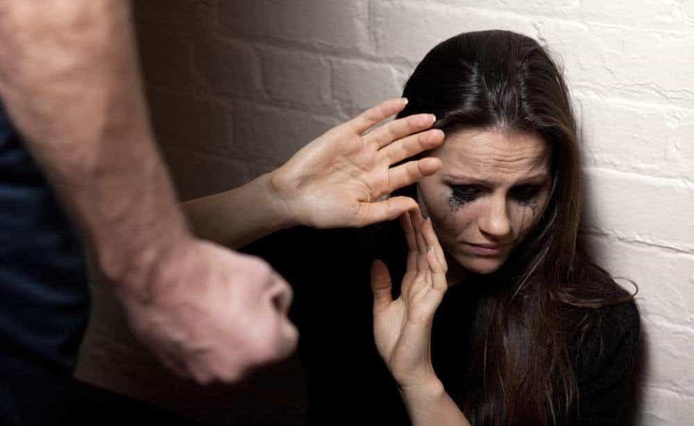 CHIVASSO - Si fa 150 chilometri in auto solo per picchiare l'ex fidanzata: 57enne novarese denunciato dai carabinieri
