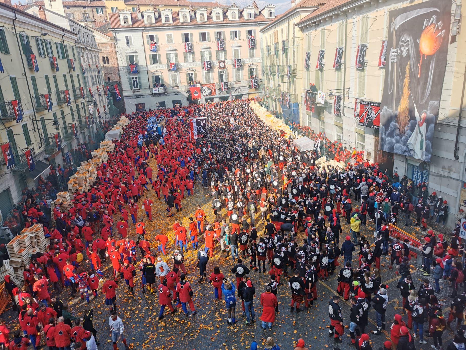 IVREA - C'è il covid, la città resta senza lo Storico Carnevale: l'evento si sposta sui social