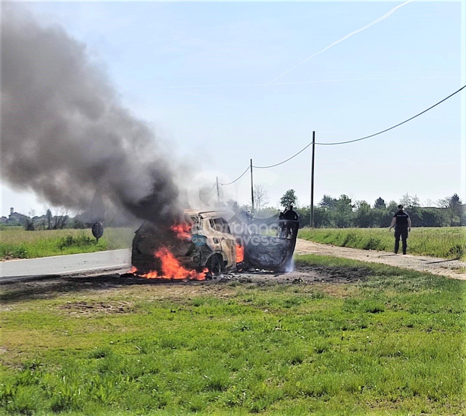 RIVAROLO CANAVESE - Auto prende fuoco durante la marcia: mamma, papà e bimbo salvi per miracolo - FOTO