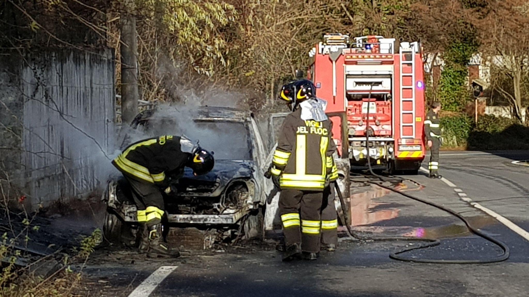 FORNO CANAVESE - Auto prende fuoco durante la marcia - FOTO