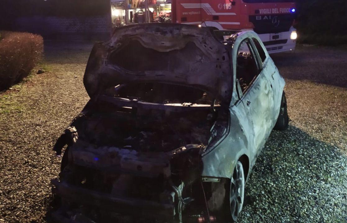BOLLENGO - Auto prende fuoco in garage, intervento dei vigili del fuoco