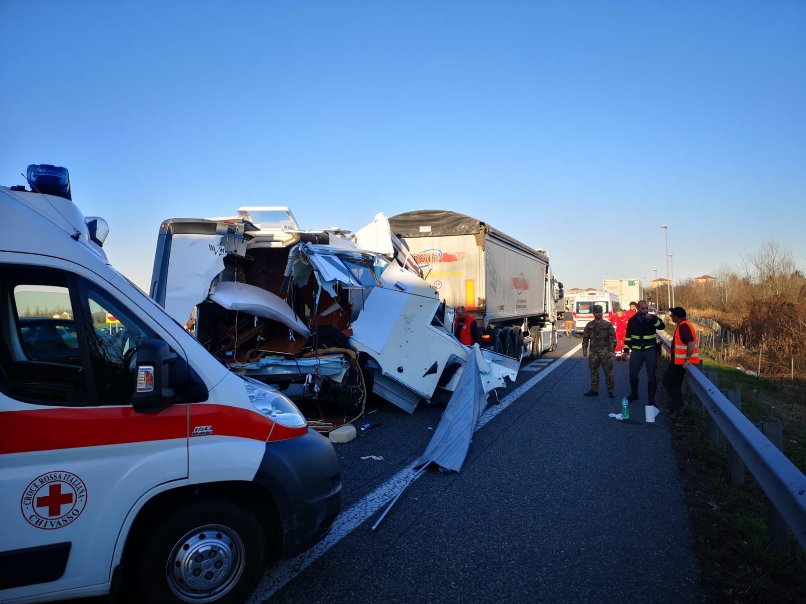 TANGENZIALE TORINO - Spaventoso incidente all'uscita di Caselle: camper finisce sotto un camion - FOTO