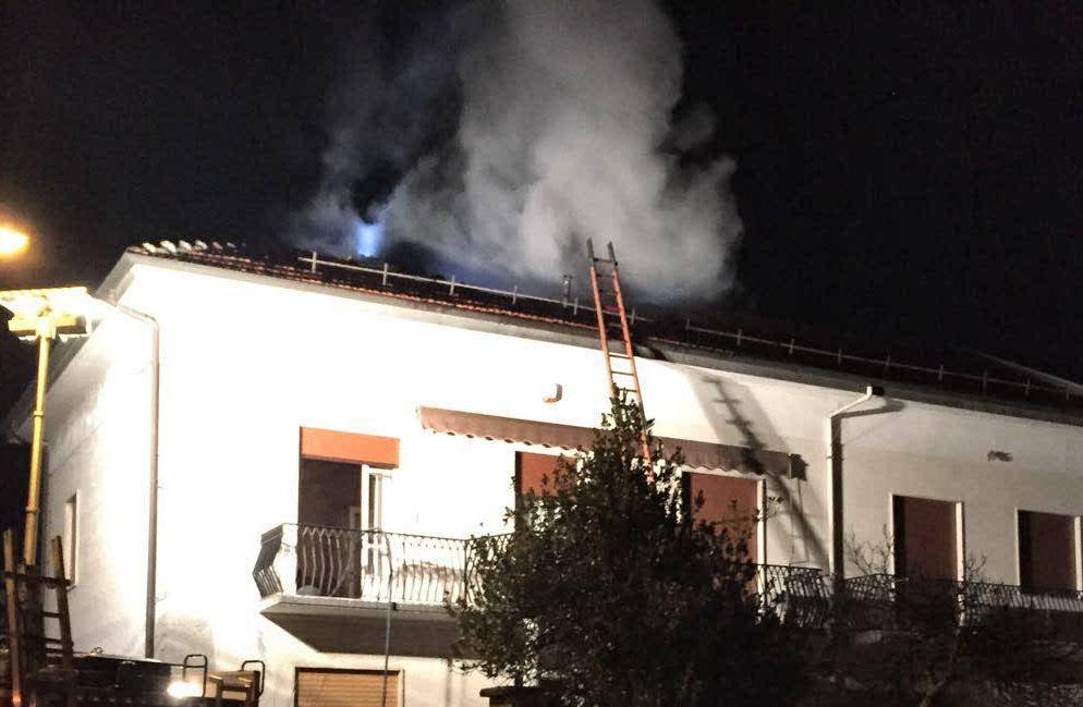 BRANDIZZO - Incendio danneggia una casa, coppia di anziani in salvo