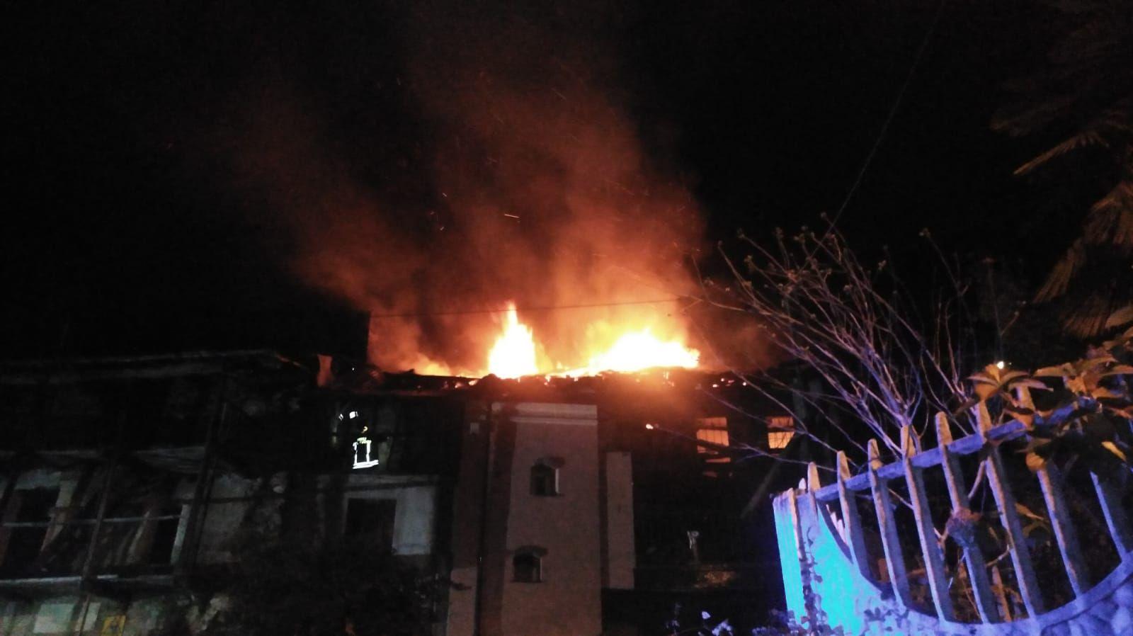 CUORGNE' - Furioso incendio devasta un'abitazione: ore intense di lavoro per i vigili del fuoco - FOTO
