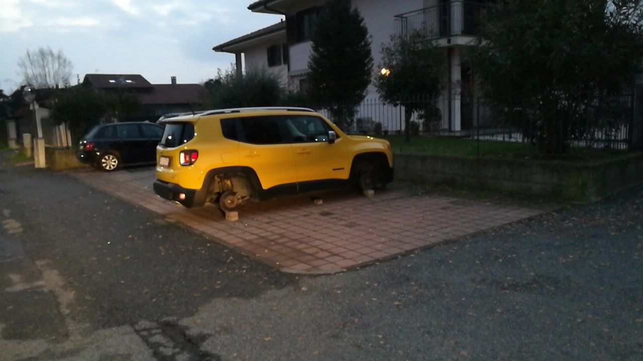 RIVAROLO - Spariscono le ruote nella notte: la Jeep resta sui mattoni...
