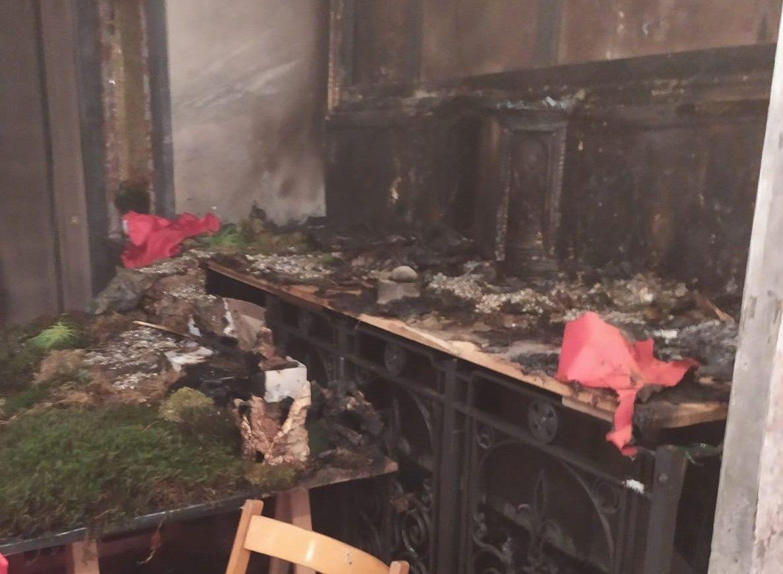 IVREA - Due presepi a fuoco nelle chiese, distrutti anche due quadri. Il vescovo: «Profanate immagini sacre»