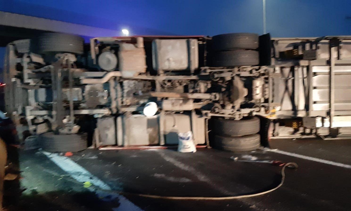 CHIVASSO - Camion si ribalta: viabilità in tilt dentro e fuori la A4