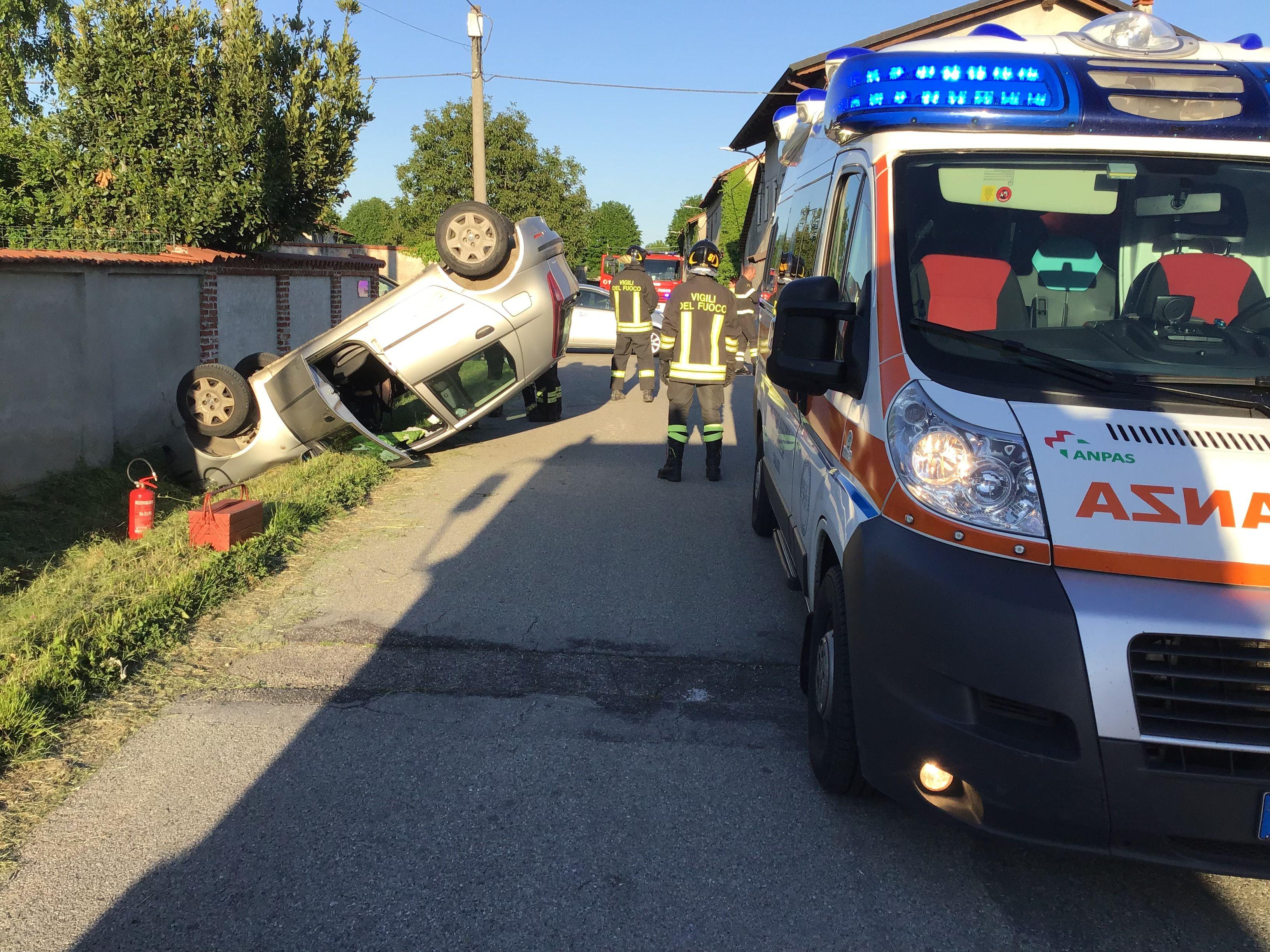 SAN GIUSTO CANAVESE - Incidente stradale, auto si ribalta: una donna ferita - FOTO E VIDEO