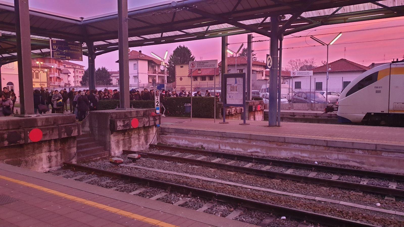 RIVAROLO - Treno fermo, pendolari restano al freddo in attesa