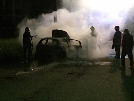 RIVAROLO - Auto prende fuoco in via Farina - FOTO