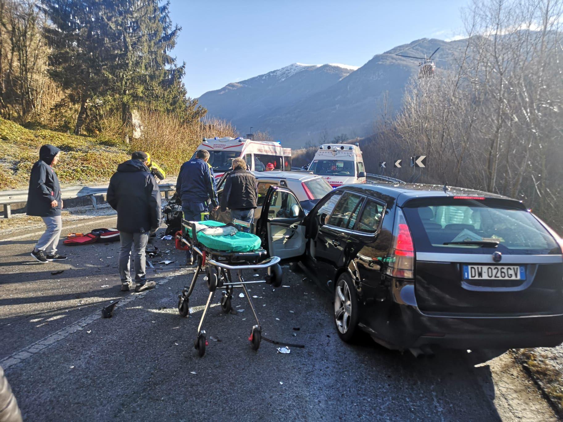 LOCANA-SPARONE - Incidente stradale sulla 460: tre feriti dopo lo schianto tra due vetture - FOTO e VIDEO