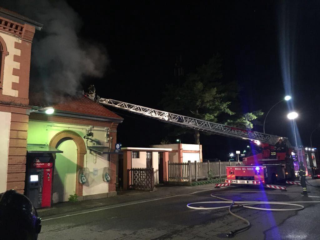 FERROVIA CHIVASSO-IVREA - Incendio nella notte danneggia la stazione di Caluso - FOTO