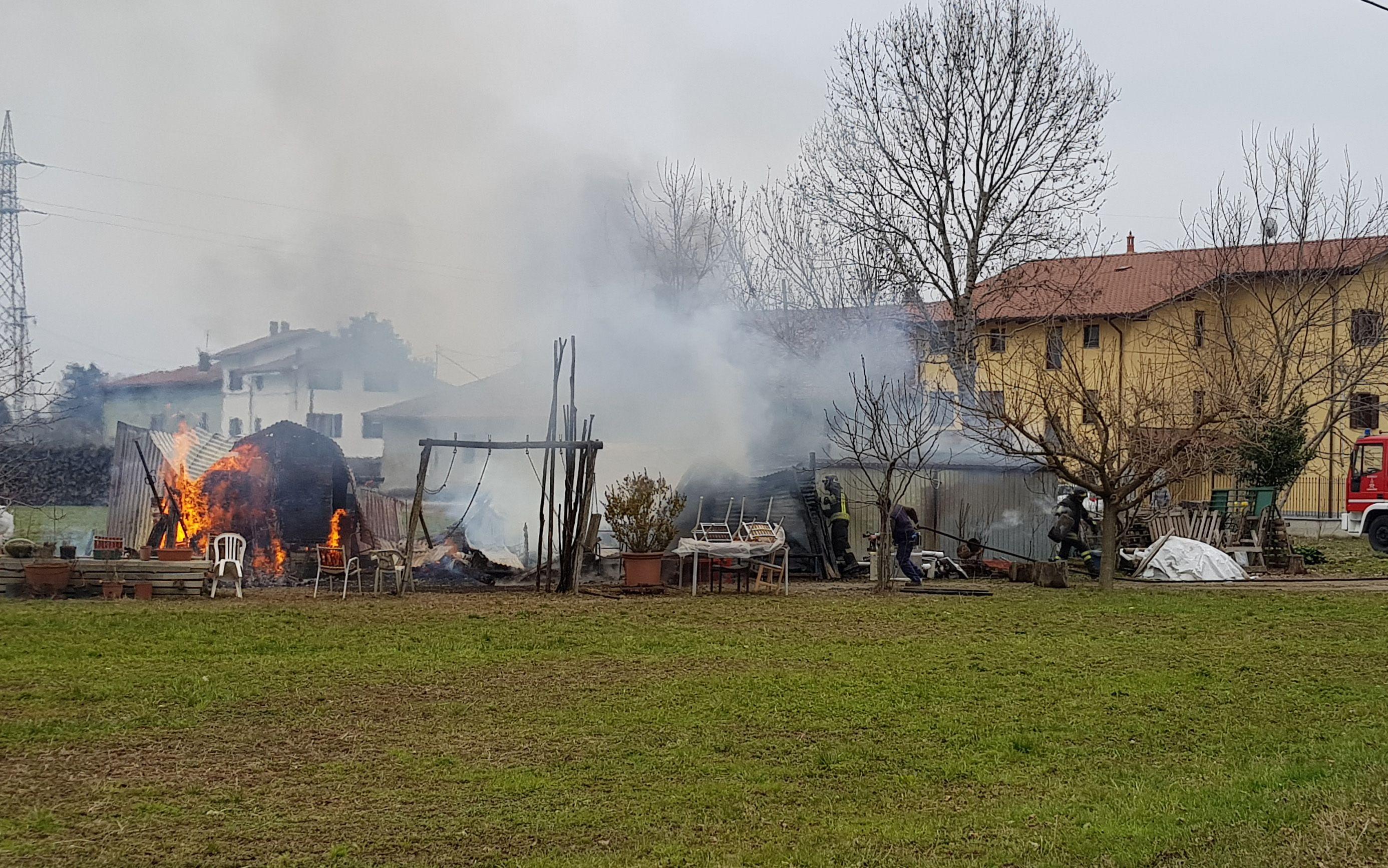 CASTELLAMONTE - Un furioso incendio devasta un deposito: paura per le bombole del gas - FOTO e VIDEO