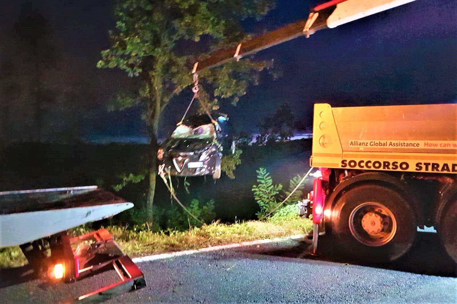 CASTELLAMONTE - Recuperata a notte fonda l'auto precipitata - FOTO