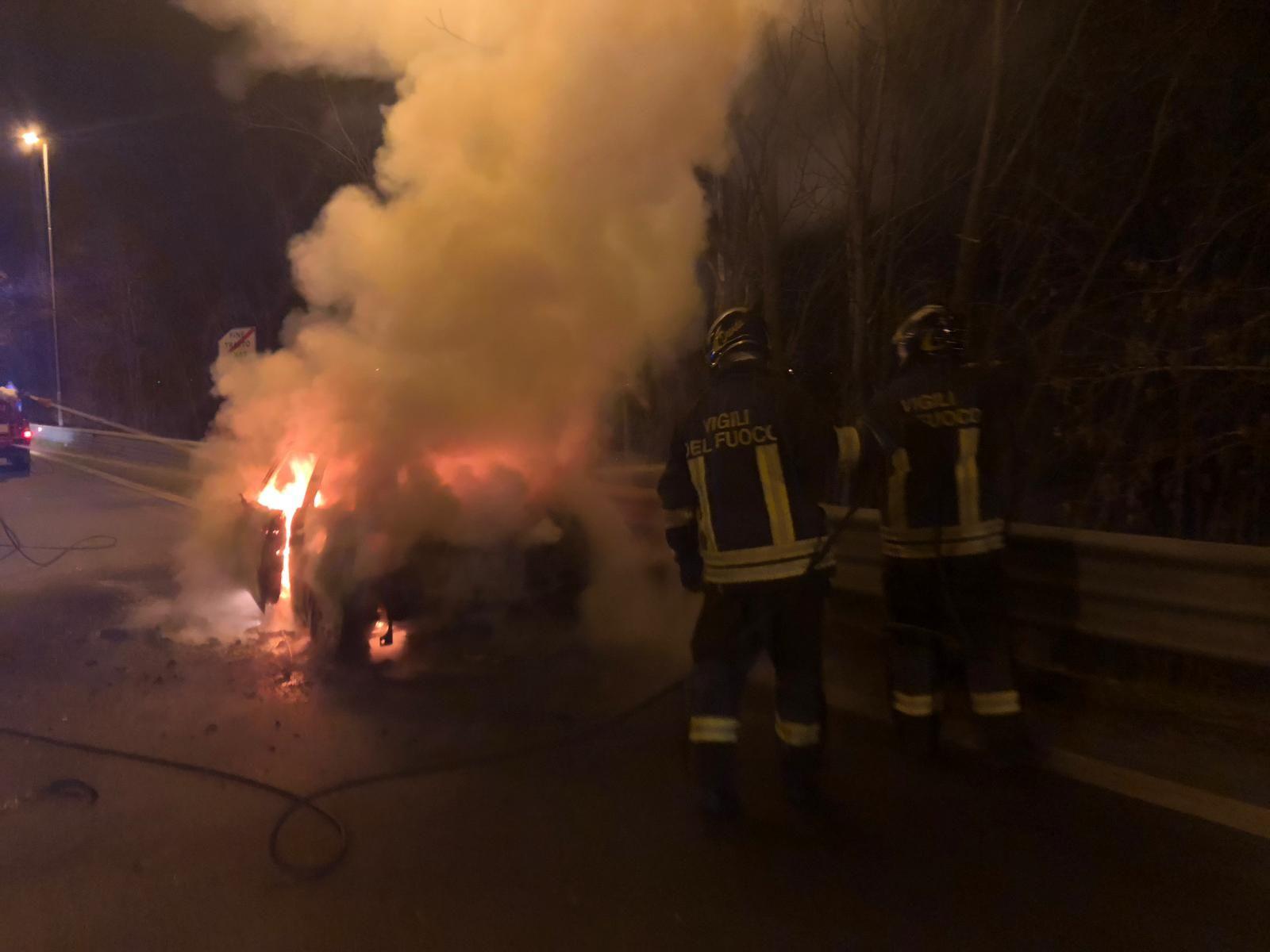 LEINI - Un'auto va a fuoco durante la marcia: paura sulla 460