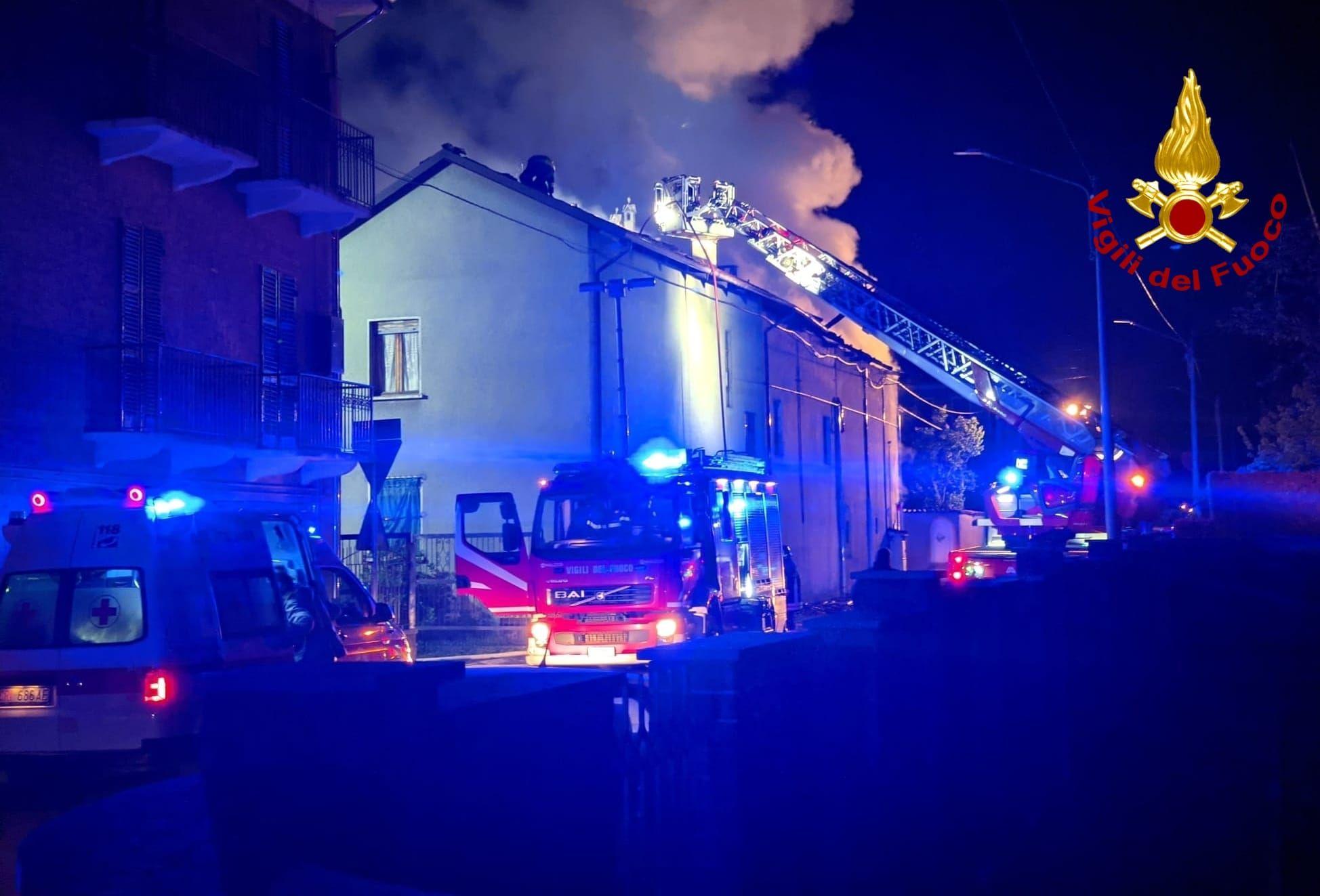 VILLANOVA CANAVESE - Incendio devasta un cascinale nel cuore della notte