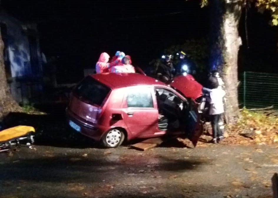 PARELLA - Si schianta contro un albero: ferito in prognosi riservata