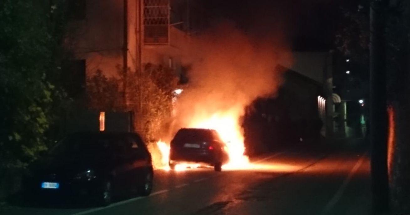RIVAROLO - Auto incendiata nella notte di nuovo in via Trieste - FOTO E VIDEO