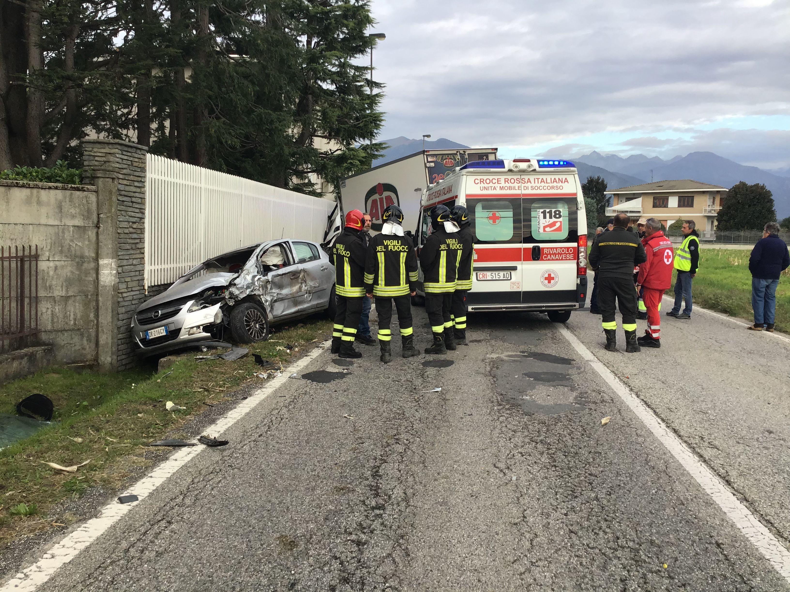 VALPERGA-SALASSA - Incidente stradale: camion contro auto, una ragazza ferita - FOTO E VIDEO