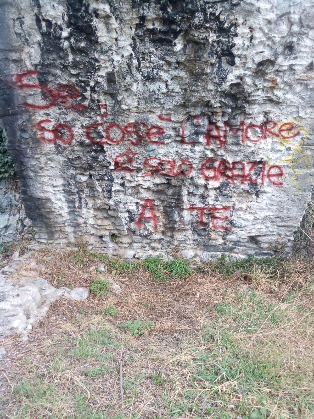 CUORGNE' - Scritte con lo spray sul Ponte Vecchio: la polizia municipale ha identificato i vandali di turno