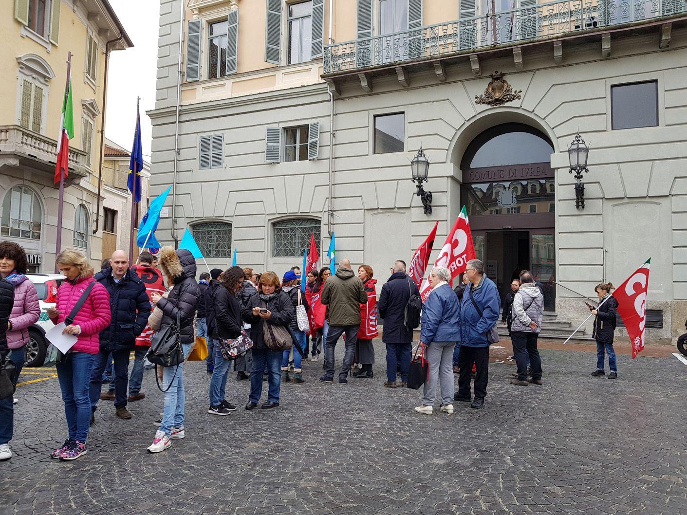 IVREA - Lavoratori del Cic manifestano sotto il municipio: «Il 31 dicembre l'azienda chiuderà»
