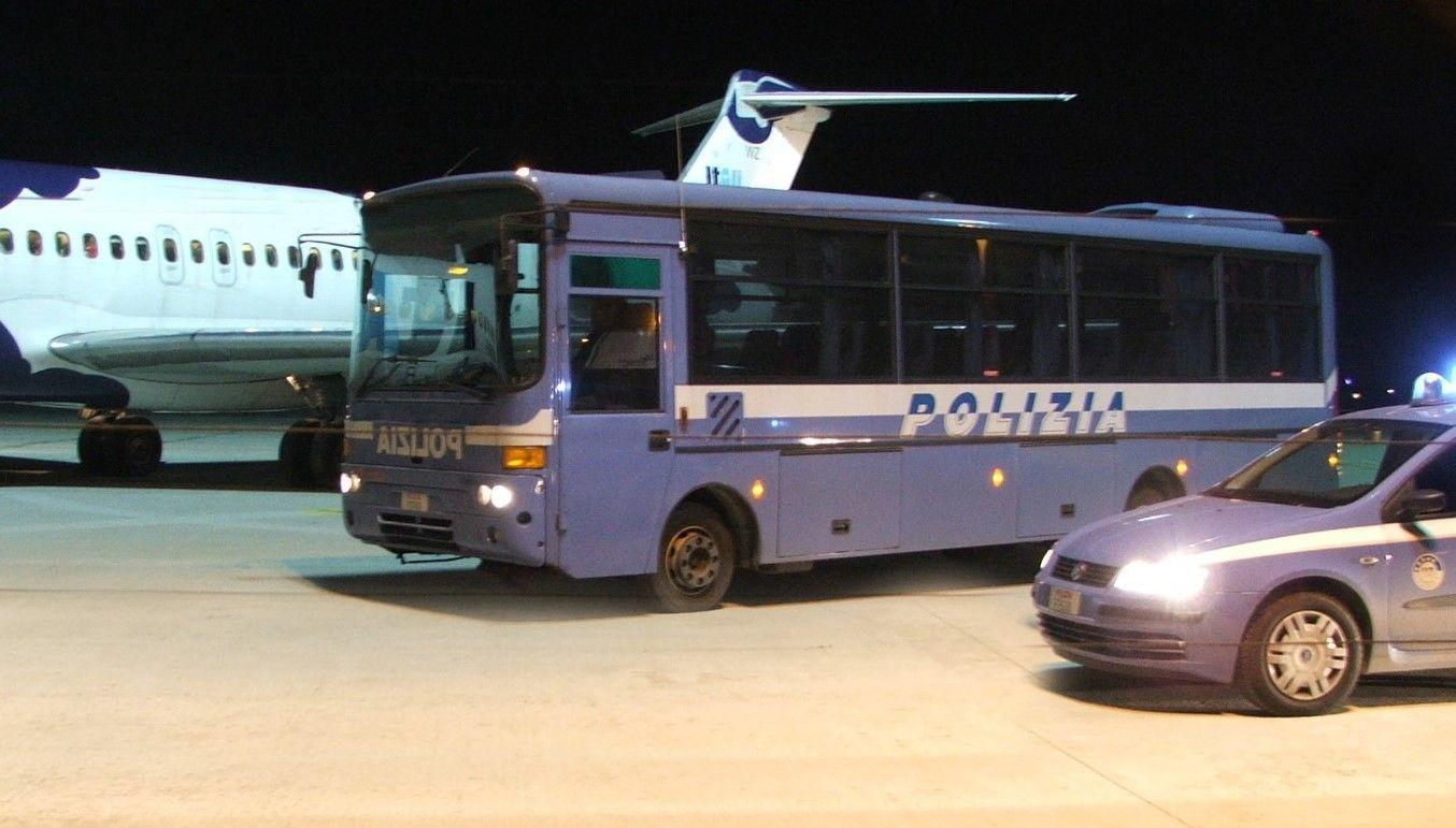 CASELLE - Migrante scappa sulla pista dell'aeroporto, si denuda e minaccia il suicidio