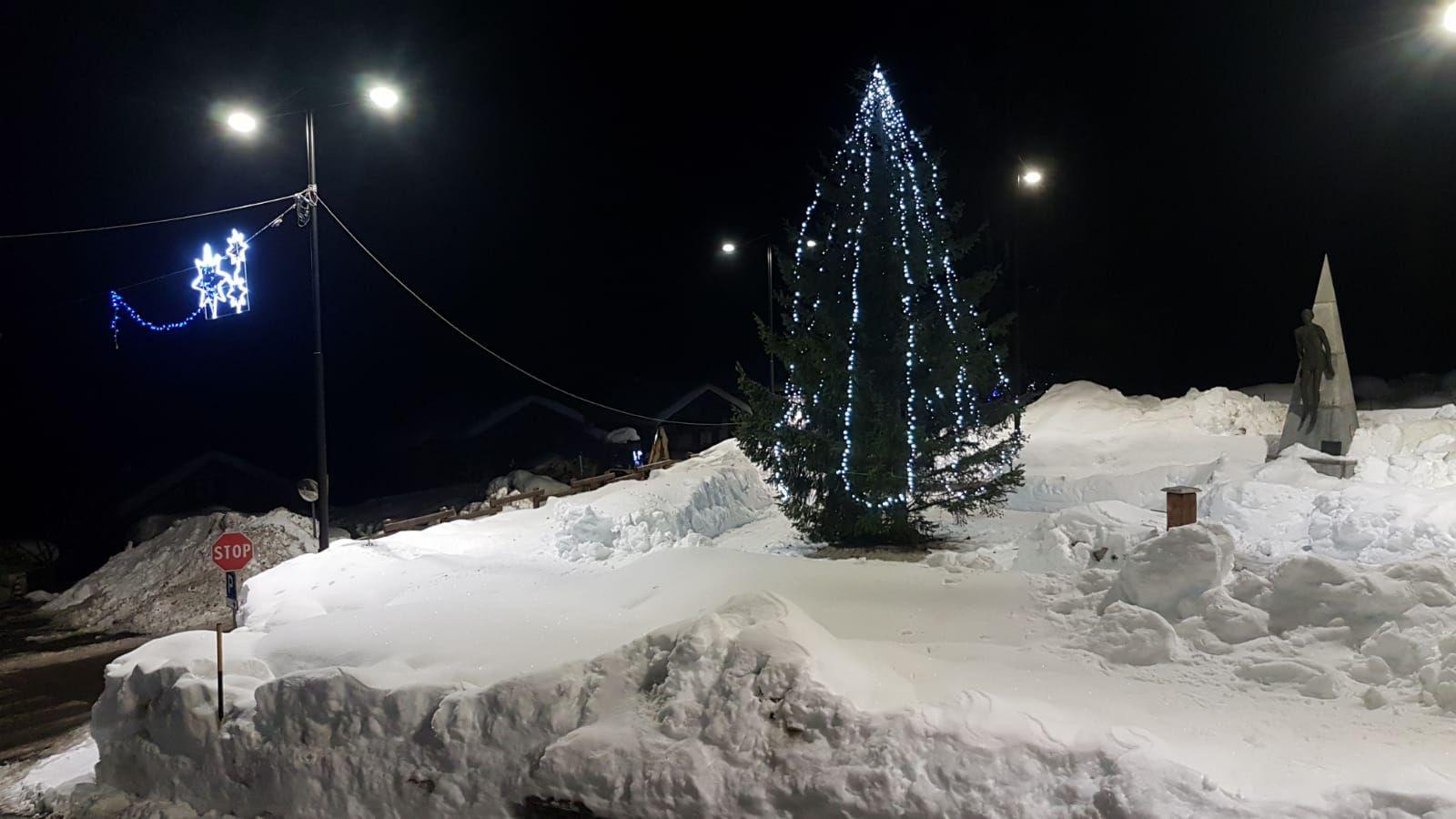 CERESOLE REALE - Accesi l'albero di Natale e il presepe nella neve