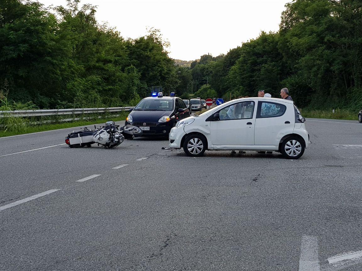 STRAMBINELLO - Incidente stradale sulla pedemontana: auto contro moto. Centauro ferito - FOTO
