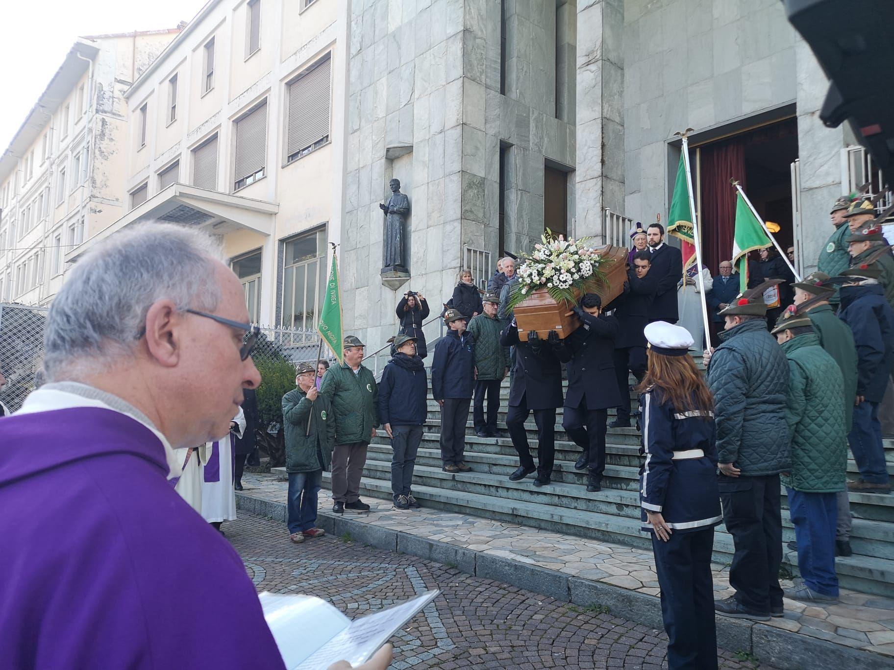 CUORGNE' - Una folla immensa ha salutato per l'ultima volta Don Nicola Faletti, il Don Bosco del Canavese - FOTO e VIDEO