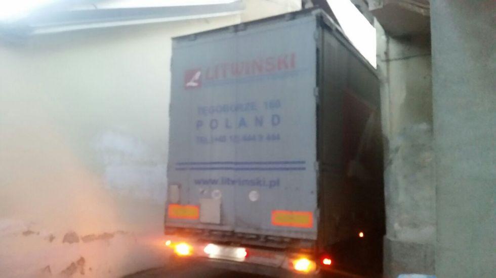FAVRIA - Ancora un camion incastrato in mezzo al paese - FOTO